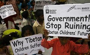 Индийские и тибетские дети держат плакаты возле мемориала Махатмы Ганди (Раджхат) в Дели. Фото: Manpreet Romana /AFP /Getty Images