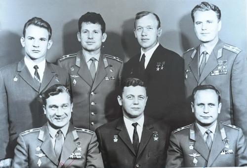 В.Н.Кубасов во втором ряду первый слева. Фото предоставлено автором