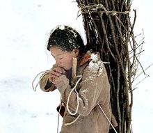 В селе всё намного хуже, чем в городских гетто. Среди всеудушающей нищеты детский труд — элемент быта. Фото: «Великая эпоха»