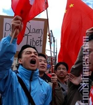 29 марта. Акция китайских активистов на площади DUNDAS в центре Торонто вызывает в памяти времена хунвэйбинов и «Культурной революции». Фото: Samira Bouaou/ The Epoch Times