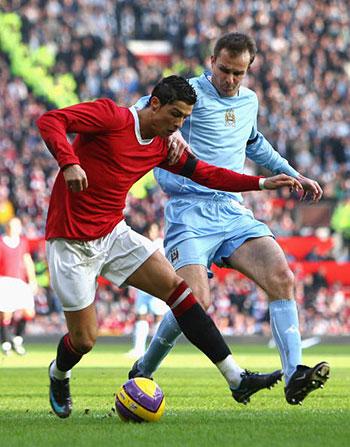 Криштиано Роналдо и Дитмар Хаманн из «МС» (справа) борются за мяч. Английская Премьер-лига. Олд Траффорд. Матч-дерби между «Манчестер Юнайтед» и «Манчестер Сити», приуроченный к 50-й годовщине «Мюнхенской трагедии». Фото: Alex Livesey/Getty Images