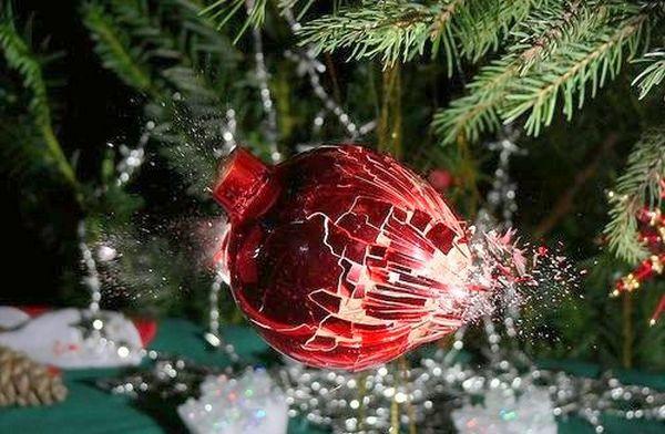 Разбивающийся от выстрела новогодний шар. Фото с epochtimes.com