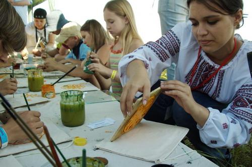 Желающие могли научиться рисовать трипольские узоры. Фото: Антон Поднебесный/Великая Эпоха
