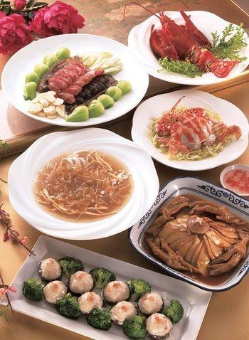 Комплексное блюдо к Новому году. Салат из разного тушёного мяса, жаренной абалон, краб по-корейски, варённые раки, жареная спиральная (одностворчатая) раковина с мясом (гусиная лапа), десерт. Фото с epochtimes.com