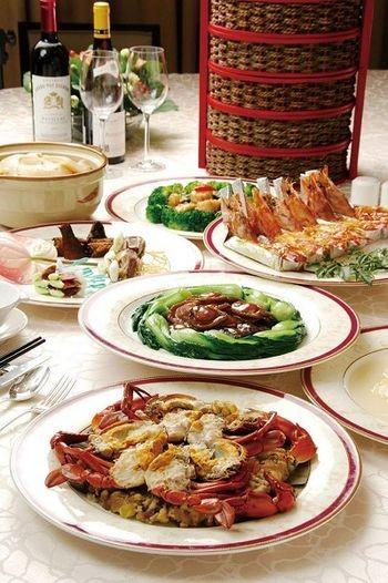 Новогодние блюда из корзинки. Тушеная курица, жареные морские ушки в соусе, рак по-французски, кальмар, тушёная свинина, жаренная морская капуста. Фото с epochtimes.com