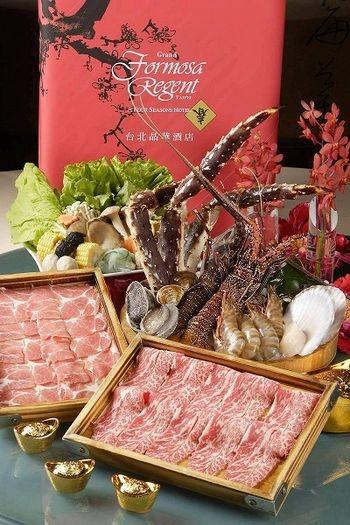 Самовар по-японски. Свежий краб, живой лосось, живой омар, филей говяжий, а также другие морепродукты. Фото с epochtimes.com