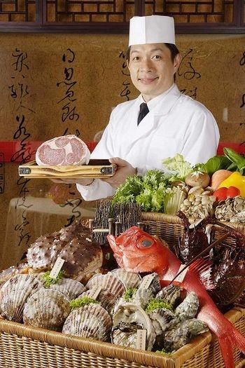 Самовар по-японски. Живой абалон (рыба), морской гребешок, тихоокеанская треска, омар, говядина. Фото с epochtimes.com