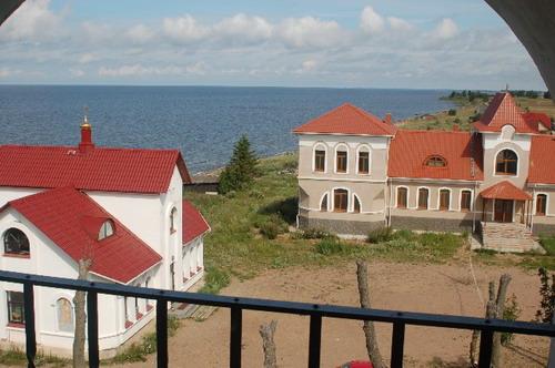 Вид на школу и интернат с церковной колокольни. Фото: Ирина Оширова/Великая Эпоха