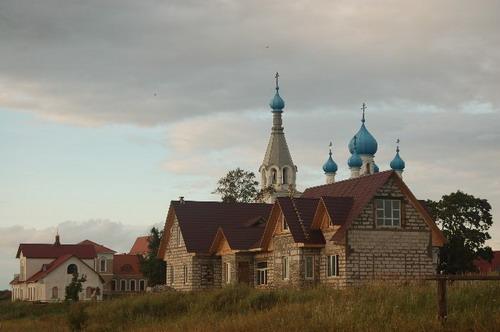 Школа и строящаяся гостиница. Фото: Ирина Оширова/Великая Эпоха