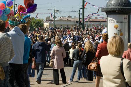 Зрители стояли плотной стеной по пути следования карнавала. Фото: Великая Эпоха
