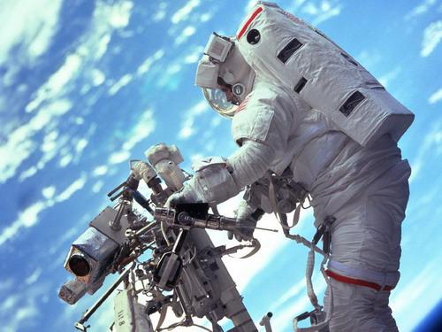 Астронавт Роберт L. Behnken проверяет манипулятор. Фото: С сайта nasa.gov