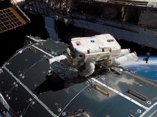 Астронавт Европейского космического агентства Hans Schlegel во время второго выхода в открытый космос миссии STS-122. Во время выхода в открытый космос Schlegel и астронавт НАСА Rex Walheim работали, чтобы заменить резервуар азота, используемый, чтобы герметизировать аммиачную систему охлаждения станции. Фото: С сайта nasa.gov
