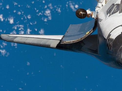Крупным планом представлено крыло правого борта и дверь грузового отсека. Фото: С сайта nasa.gov