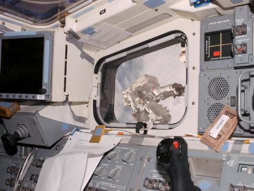 Видимый через окно на в кормовой части полетной палубы астронавт Rick Linnehan участвует в намечаемом выходе в открытый космос трети миссии. Во время почти 7-часового выхода в открытый космос Linnehan и астронавт Роберт L. Behnken устанавливали платформу инструментов для Dextre, также известного как Ловкие руки. Также они проверили и калибровали исполнительный элемент конца Dextres. Фото: С сайта nasa.gov