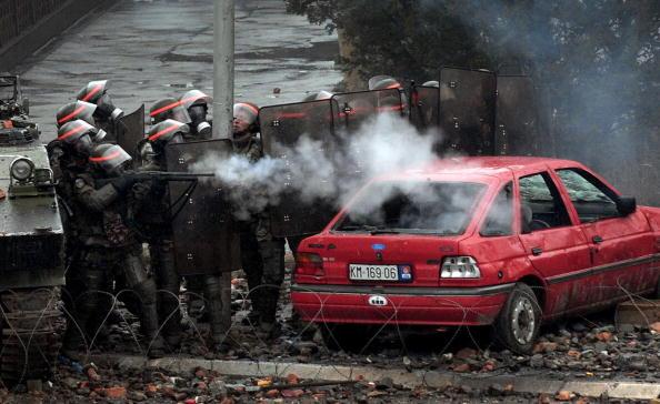 По меньшей мере 20 сербов получили ранения в столкновениях в городе Косовска-Митровица на севере Косово. Фото: DIMITAR DILKOFF/AFP/Getty Images