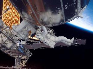 Астронавт Роберт L. Behnken и Rick Linnehan, специалисты по программе полета STS-123, в открытом космосе во время 6,53 часового выхода в открытый космос. Фото: С сайта nasa.gov