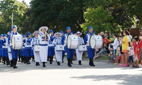 Небесный оркестр из 60-ти последователей Фалуньгун Канады участвовал в празднике урожая 6 сентября 2008 г., Онтарио. Фото: minghui.ca