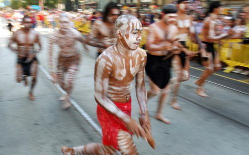 В этом году участие в параде принимает участие около двух тысяч музыкантов и танцоров, актеров и исполнителей. Фото: William West/AFP/Getty Images
