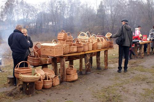 Изделия народного творчества из кори дерева, предлагаемые посетителям. Фото: Юрий Петюк/Великая Эпоха