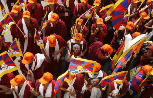 Сотни тибетских изгнанников вышли из Индии в шестимесячный марш на Тибет в знак протеста против власти Китая в этом районе Гималаев. Фото: Manan Vatsyyayana/AFP/Getty Images
