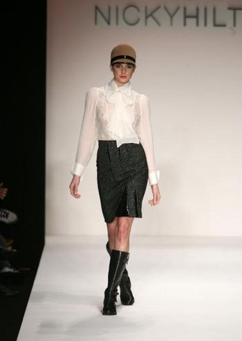 Коллекция сезона осень 2008 от Никки Хилтон на Mercedes-Benz Fashion Week , Smashbox Studios, 11 марта 2008, Калифорния. (Фото: Фрезер Харисон/Getty Images)