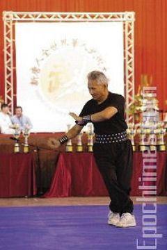 Мастер Ли-Мао из школы Линнань Цюаньшу демонстрирует стиль Чжоу «вращающийся кулак». Фото: Лянь Ли /Великая Эпоха