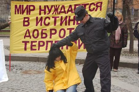 Демонстрация пыток, которым подвергаются сегодня последователи Фалуньгун в Китае. Фото: Великая Эпоха
