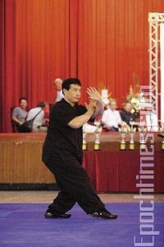 Мастер школы Бацзи-Цюань Ли Шаохуа демонстрирует стиль «Кулак Бацзи». Фото: Лянь Ли /Великая Эпоха