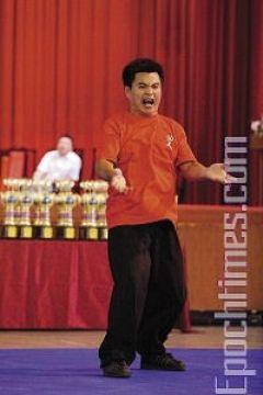 Великолепное выступление ученика мастера Тацзицюаня Цзен Сян-Цзы, стиль «Поющий журавль». Фото: Лянь Ли /Великая Эпоха