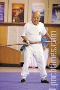 Мастер школы «Молот Саньбудянь» Хэ Шань-фа демонстрирует стиль «Молот трех шагов». Фото: Лянь Ли /Великая Эпоха