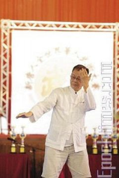 Мастер Тайцзицюань (У Ши Тайцзицюань) Хо Цзе Цзюань демонстрирует стиль «Кулак Тайцзи». Фото: Лянь Ли /Великая Эпоха