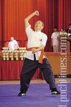 Мастер школы Удан Чжуннань, Хэ Го-Чжао, демонстрирует стиль «Пьяный архат». Фото: Лянь Ли /Великая Эпоха