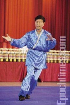 Председатель комиссии Ли Юфу продемонстрировал «быстрый шаг тайцзи», который публика увидела впервые. Фото: Лянь Ли /Великая Эпоха