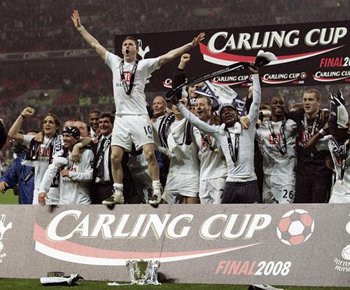 Футболисты «Тоттенхэма» празднуют победу в турнире. Лондонский стадион Уэмбли. Финал Кубка лиги между «Челси» и «Тоттенхэм Хотспур». Фото: GLYN KIRK/AFP/Getty Images