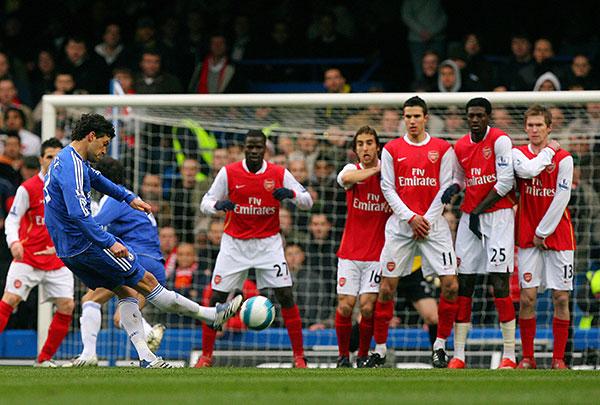 Михаэль Баллак из «Челси» выполняет штрафной в сторону ворот «Арсенала». Стэмфорд Бридж, Лондон. Матч 31-го тура английской Премьер-лиги между «Челси» и «Арсеналом». Фото: CARL DE SOUZA/AFP/Getty Images