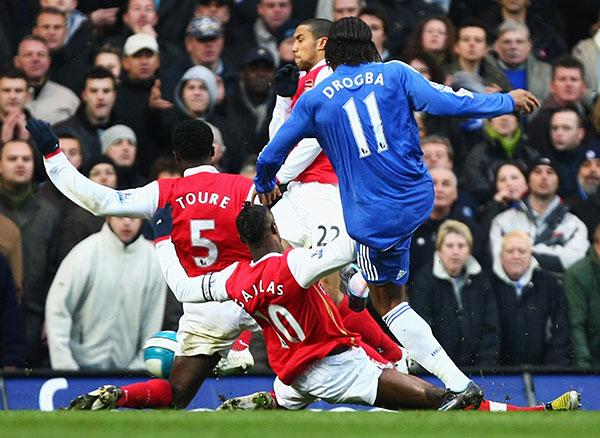 Дидье Дрогба из «Челси» забивает свой первый гол и сравнивает счет. Стэмфорд Бридж, Лондон. Матч 31-го тура английской Премьер-лиги между «Челси» и «Арсеналом». Фото: Mike Hewitt/Getty Images
