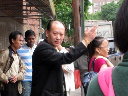 Выдав деньги, китаец в пиджаке, сказал: «Получили деньги, а теперь идите туда», показывая в направлении акции, посвящённой выходу из компартии. Фото предоставлено жителем Нью-Йорка