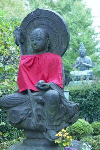 Несмотря на то, что, по словам нашей хозяйки, в Японии наблюдается недостаток духовности, повсюду можно увидеть религиозные изображения, вроде этого Будды в саду. Фото: Photos.com