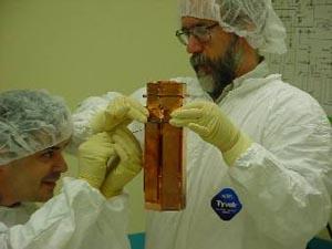 Сотрудники проекта СDMS с одной из башен детектора. Башня содержит килограмм германия и двести грамм кремния. Фото с сайта fnal.gov