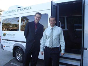 Владельцы Wherever Shuttle: Райан Вилькокс (слева) и Бруно Мора (справа) на фоне собственного микроавтобуса Мерседес, работающего на биотопливе. Фото: Джошуа Филипп /Великая Эпоха
