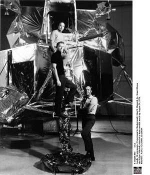 Астронавты Apollo 14: Алан Б. Шеппард (справа впереди), Стюарт Руза и Эдгар Митчелл на лунном модуле в 1970 г. Эдгар Митчелл в интервью британскому радио заявил, что ЛО (летательные объекты) реально существуют, в то время как правительства многих стран засекретили эту информацию. Фото: NASA/Getty Images