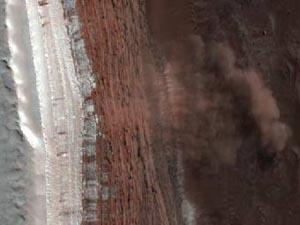 Сход четырех лавин с крутой горы на Марсе. Изображение NASA/JPL-Caltech/University of Arizona