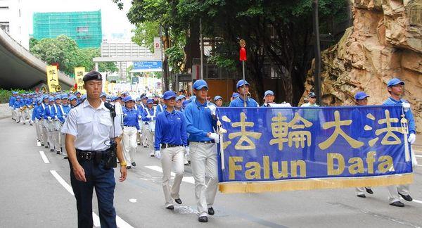 15 июня. Гонконг. Шествие в поддержку 38 млн человек, вышедших из КПК. Впереди шествия движется колонна Небесного оркестра. Фото: Ли Чжунюань/The Epoch Times