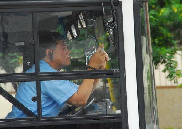 15 июня. Гонконг. Водитель автобуса фотографирует шествие в поддержку 38 млн человек, вышедших из КПК. Фото: Ли Чжунюань/The Epoch Times