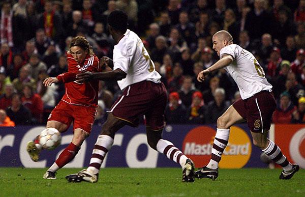 Фернандо Торрес из «Ливерпуля» (слева) забивает гол в ворота «Арсенала» и выводит свою команду вперед. Энфилд роуд, Ливерпуль. Ответный матч четвертьфинала Лиги чемпионов между «Ливерпулем» и «Арсеналом». Фото: Clive Brunskill/Getty Images