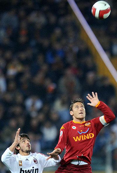 Гаттузо и Тотти борются за летящий мяч. Стадио Олимпико, Рим. Матч 28-го тура итальянской Серии А между «Ромой» и «Миланом». Фото: Michael Steele/Getty Images