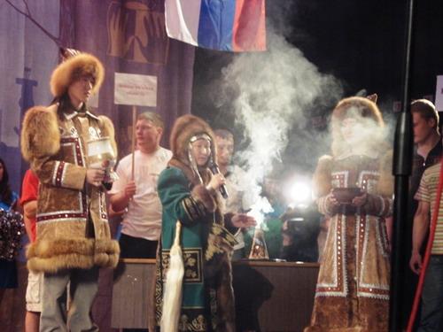 Без традиционного  обряда алгысчита - кормления  огня - Чемпионат невозможно проводить...Фото: МО