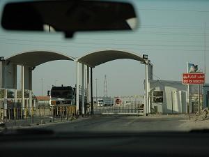 Пересечение границы между Ираком и Кувейтом, где сотни грузовиков занимаются поставками для Ирака. На фото:  Грузовик возвращается из Ирака