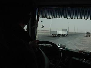 Тенисон Перера ведет свой грузовик в направлении иракской границы. Он на пути к американскому посольству в Багдаде