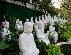 Будда и природа: в саду монастыря Фо Гуан Шань расположено 1 000 белых статуй Будд. Фото: Rich Carlson